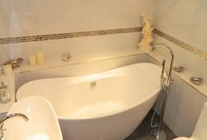 The tub in the en-suite is huge!